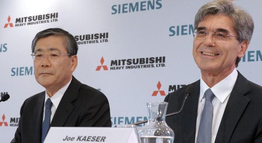 Siemens CEO Joe Kaiser (højre) og Mitsubishi CEO Shunichi Miyanaga (venstre) er på billedet fotograferet til en pressekonference i Paris d. 17. juni 2014, hvor de taler om det bud de har givet på franske Alstoms energiaktiviteter.