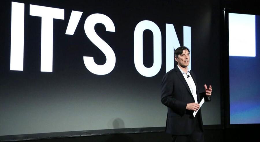 AOL CEO Tim Armstrong på talerstolen til AOLs konference, »Digital Content NewFront« i april 2013. Med de amerikanske erstatningssager i mente, er det ikke utænkeligt, at Abel Lenz tænker; »It's On«.