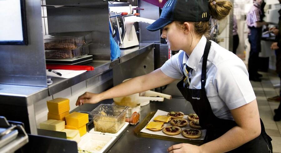 Medarbejderne hos McDonald's i Danmark har haft travlt. De langede burger og andet fastfood over disken for over en halv milliard kroner i 2013.