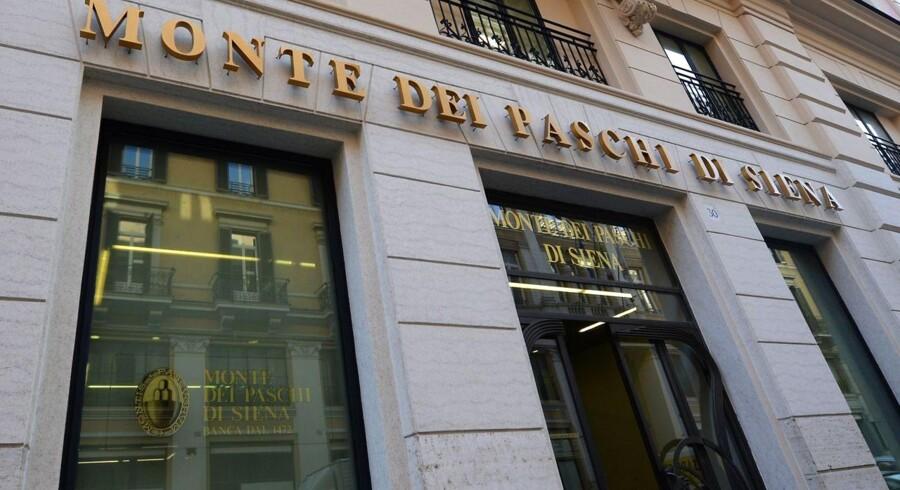 Monte Paschi, eller Banca Monte dei Paschi di Sienna, som den rettelig hedder, er i store problemer efter voldsom vækst før finanskrisen og indskydere, der trækker deres penge ud af den nødlidende bank. Banken er allerede blevet reddet flere gange af staten, blandt andet efter en skandale, hvor man havde forsøgt at skjule handelstab.