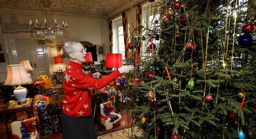 Dronning Margrethe, der her pynter rødgranen i Marselisborg Slots havesal, kommer ikke til Aarhus i julen.