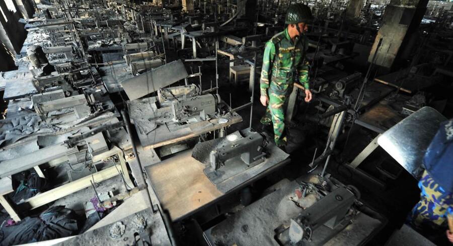 En voldsom brand ramte Tazreen Fashion fabrikken i Savar omkring 30 kilometer nord for hovedstaden Dhaka den 25 november 2012. Nu er ejerne på flugt fra politiet.