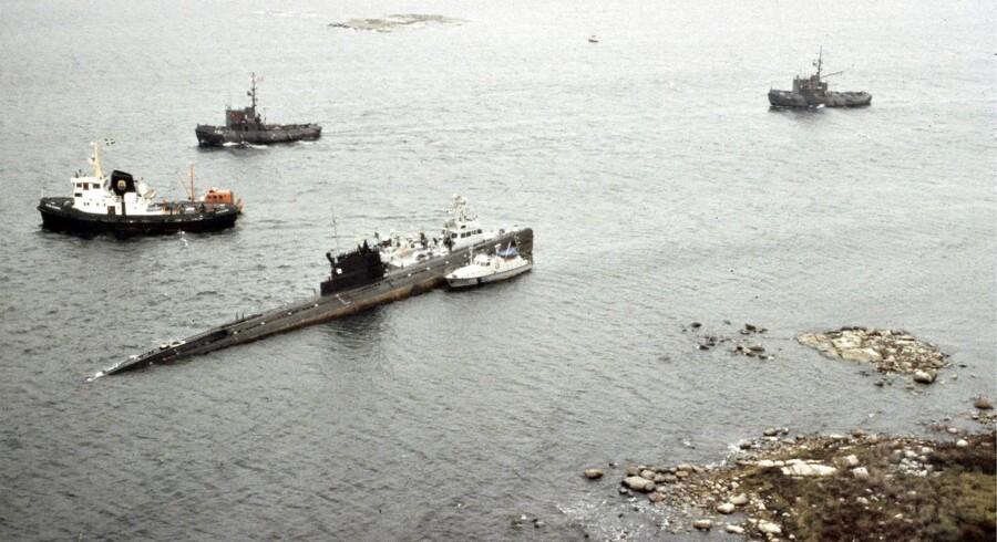 ARKIVFOTO FRA 1981: Efter en resultatløs ubådsjagt sidste år er der nu fundet en forlist ubåd i den svenske skærgård Det er uklart, hvor gammel ubåden er, og hvor lang tid, den har ligget på havbunden, men kyrilliske bogstaver på skroget af skibet indikerer, at det er russisk.