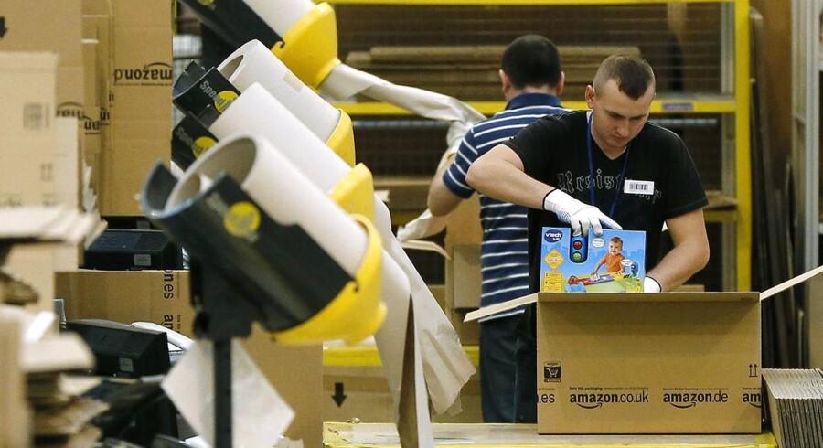 De har travlt med at pakke varer hos Amazon, hvor der på Cyber Monday blev sat rekord med 4,1 millioner ordrer.