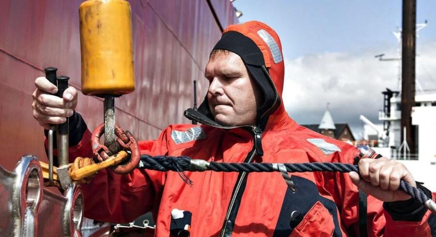Søren Nørgaard Thomsen er 49 år og topchef i Esbjerg-redeiet Esvagt. På billedet udfylder direktøren rollen som »krogmand«, hvor han har ansvar for at sikre, at en af rederiets specialbyggede redningsbåde bliver sat sikkert i søen.