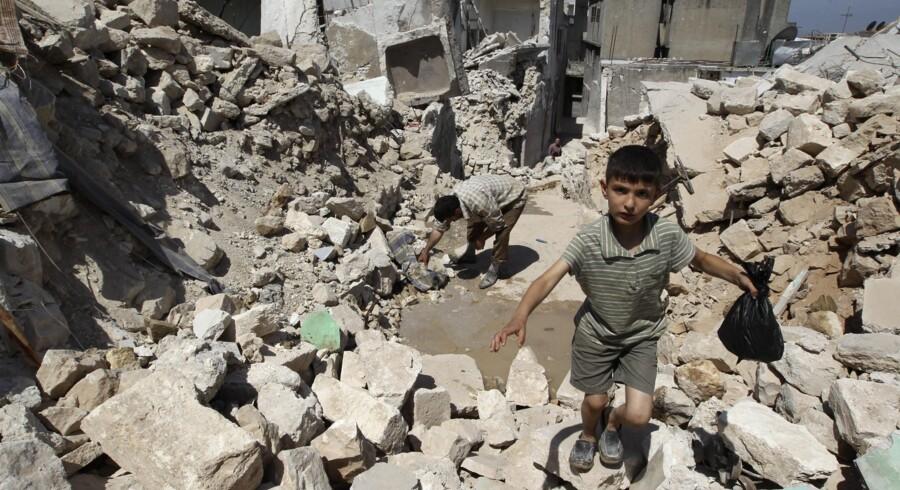 Den danske regering giver nu 50 millioner kroner til den syriske befolkning i de dele af landet, hvor oprørerne har taget magten. Pengene skal støtte projekter som bl.a. etablering af vand- og elektricitetsforsyning, genopbygning af skoler og landbrugssektoren efter den to år lange borgerkrig. Den ødelagte bygning her lå i byen Salqin og blev sønderskudt af missiler i går. Foto: Muzaffar Salman/Reuters