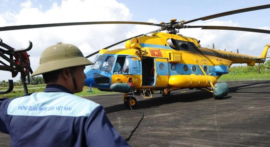 En vietnamesisk redningshelikopter gøres klar til endnu en eftersøgning af det forsvundne Malaysia Airlines-fly, der havde 239 personer ombord.