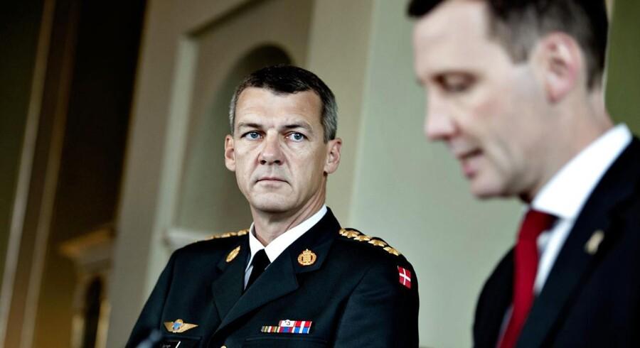 Forsvarschef Peter Bartram (tv.) - her sammen med forsvarsminister Nick Hækkerup (S). Arkivfoto.
