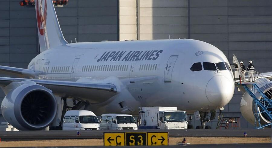 Japan Airlines har lidt under de generelle problemer med Boeings Dreamliner - der bl.a. fik flyveforbud i begyndelsen af året. Nu har selskabet også haft problemer med toiletterne i den højteknologiske flytype. Her ses en af selskabet Dreamlinere i Narita-lufthavnen ved Tokyo.