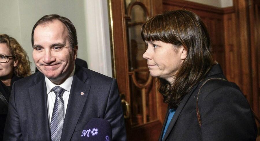 Statsminister Stefan Löfven (tv) ankommer til møde om finansloven i Stockholm 2. december.