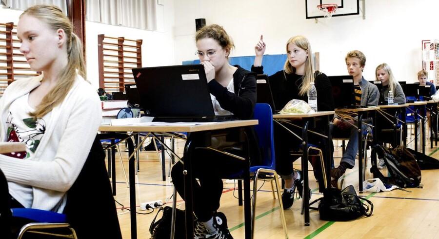 Årets første skriftlige afgangsprøver gik i gang mandag. Eleverne har på grund af lockout haft den halve tid til at forberede sig.
