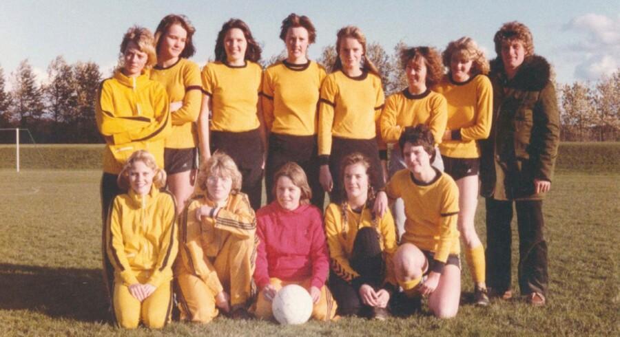»Jeg så ingen grund til ikke også selv at begynde at spille fodbold. Jeg var solgt, og spillet har fulgt mig siden,« fortæller Anne Dorte Michelsen. Her er et holdfoto fra 1978 – Anne Dorte Michelsen er spiller nummer to fra højre i den stående række. (Privatfoto)