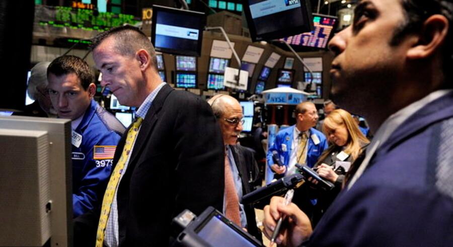 Forbrugerne i USA er ikke så optimistiske som aktiehandlerne - så måske skal aktierne tilbage igen inden så længe efter store stigninger den seneste tid.