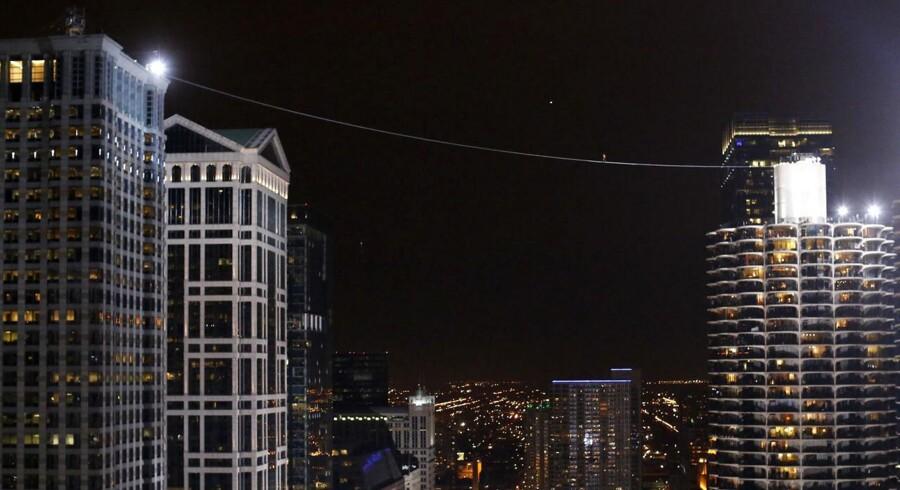 Vovehalsen Nik Wallenda gik mandag på line mellem to skyskrabere i hjertet af Chicago - med bind for øjnene. Se billederne her.