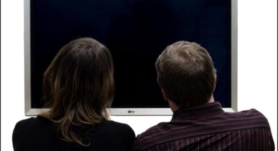 Et par kigger på en fladskærms TV.