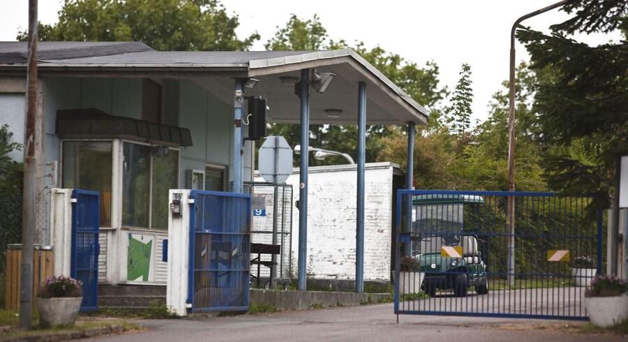 Indkørslen til asylcenteret Auderød ved Frederiksværk på Sjælland, hvor tre afghanske piger forsøgte at tage deres eget liv mandag.