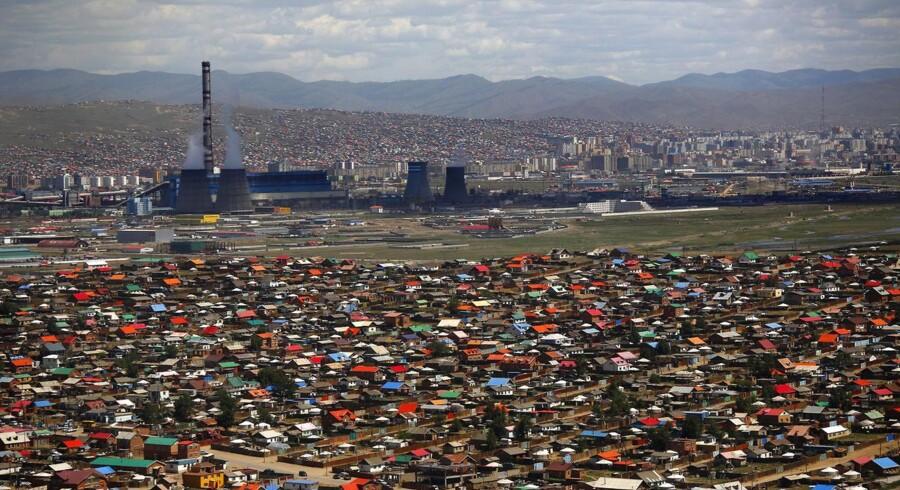I Mongoliet, som er verdens tyndest befolkede land med lidt under tre millioner indbyggere fordelt på et område tre gange så stort som Frankrig, har store dele af befolkningen ikke adgang til basis ydelser som vand og elektricitet. Dette billede er fra landets hovedstad Ulan Bator.