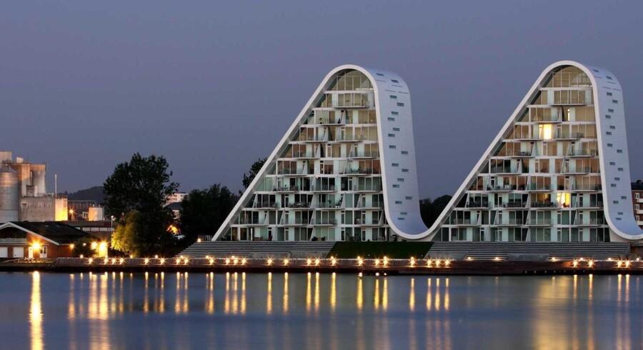 Ejendommen »Bølgen« i Vejle er let at genkende for billister, som passerer Vejlefjordbroen, og den er blandt værkerne fra Henning Larsen Architects. Også i udlandet har arkitektfirmaet haft god afsætning.