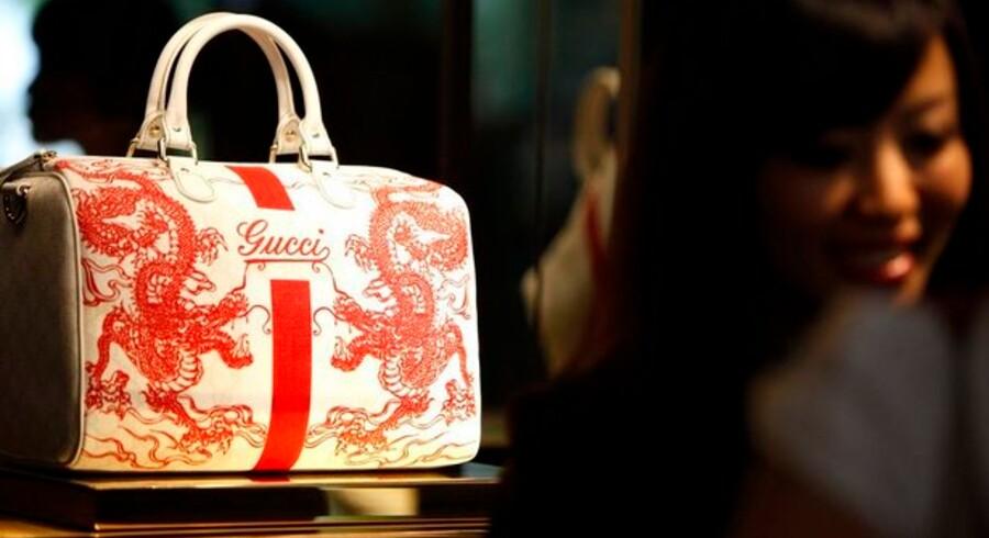 Denne Gucci-håndtaske er ægte, men det er der mange andre der ikke er. Nu vil Gucci forsøge at stoppe handlen med falske håndtasker ved at gå efter kreditkortselskaberne.