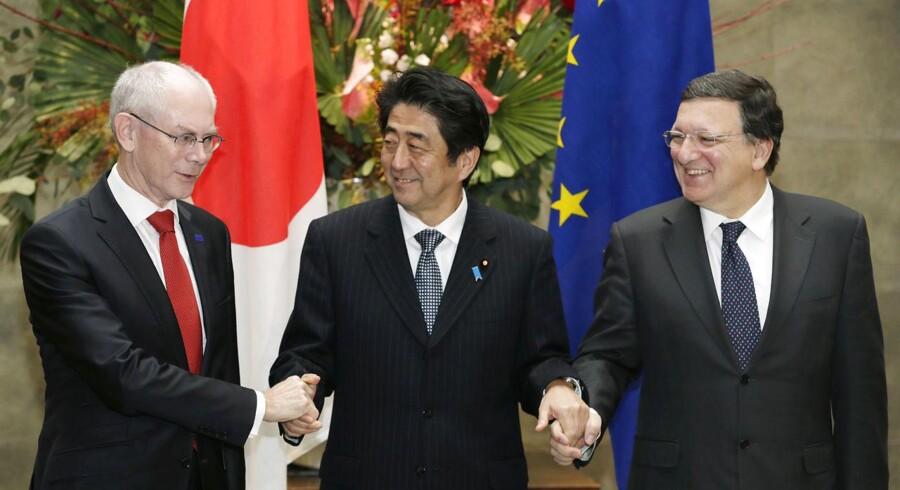 Formand for EU-Kommissionen, Jose Manuel Barroso (th.), og formanden for Det Europæiske Råd, Herman Van Rompuy (tv.), trykker hånd med den japanske premierminister Shinzo Abe i forbindelse med forhandlinger mellem EU og Japan om en frihandelsaftale.
