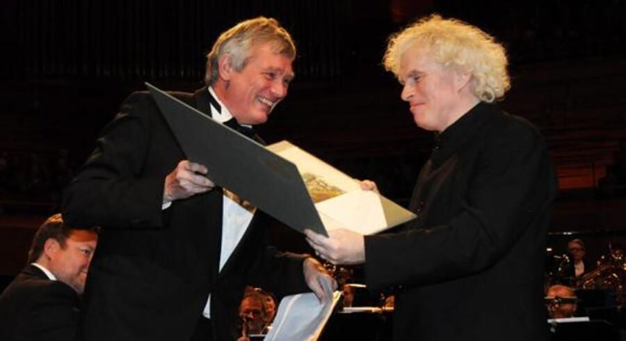 Sir Simon Rattle (th.) fik overrakt Léonie Sonnings Musikpris af kollegaen Michael Schønwandt i DR Koncerthuset lørdag aften. Motiveringen blev undtagelsesvist ikke læst op på dansk. Foto: Hasse Ferrold