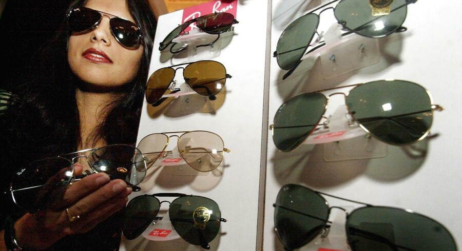 Næsten alle designersolbriller produceres af det samme firma, det italienske Luxottica, som endda også ejer nogle af de kendte mærker blandt andet Ray-Ban.