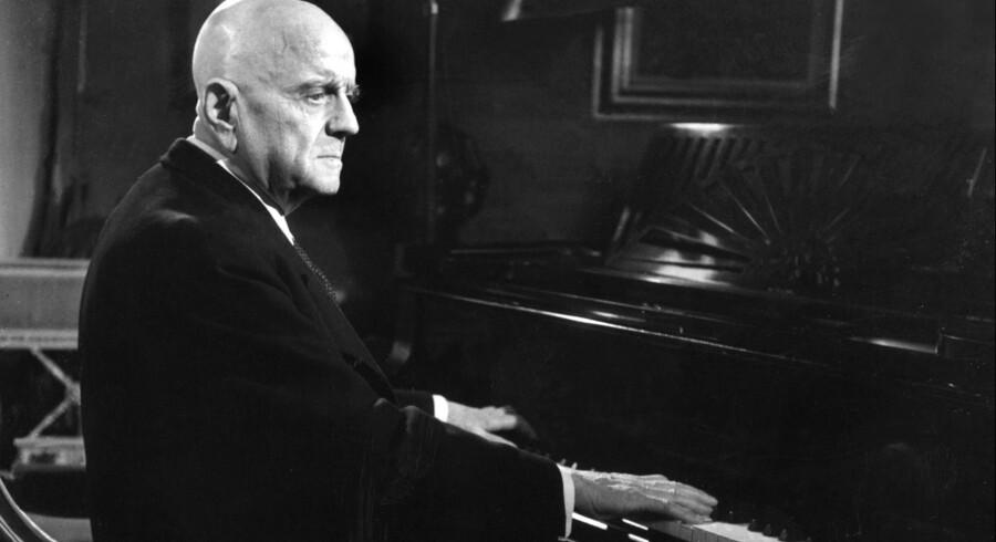 Jean Sibelius passede ikke for godt på sig selv og fik konstateret kræft i 1907 – men skulle først dø et halvt århundrede senere! Billedet af den aldrende Sibelius ved klaveret er udateret. Foto: AFP