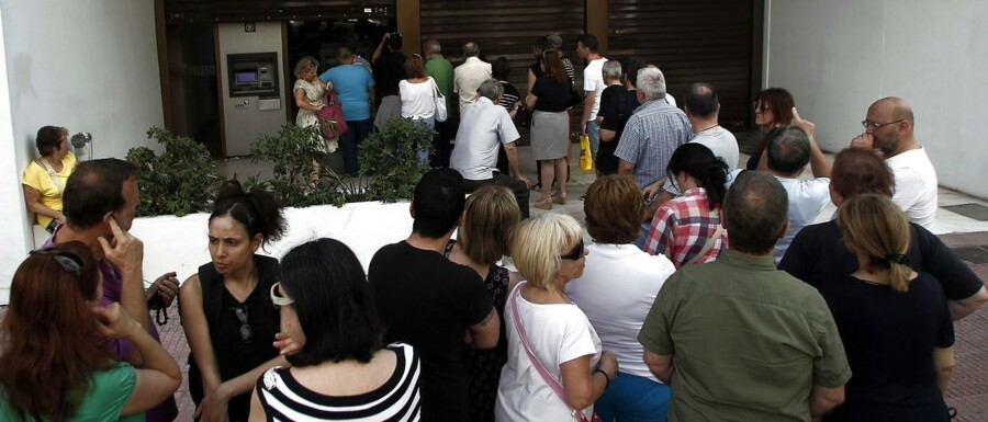 epa04822811 People queue to withdraw money from an ATM outside a branch of Greece's Alpha Bank in Athens, Greece, 28 June 2015. Greeks queued up in front of cash machines Sunday as officials were considering capital controls after the European Central Bank decided against raising the amount of emergency credit that it provides to the Mediterranean country's banks. The European Central Bank (ECB) announced it was maintaining its Emergency Liquidity Assistance (ELA) to the Greek financial system at the current level. The ECB is one of Greece's three international creditors, alongside the International Monetary Fund (IMF) and the European Commission. With Greece on the brink of insolvency following inconclusive talks with its creditors, the ELA has been helping the Greek central bank provide liquidity to commercial banks. EPA/ALEXANDROS VLACHOS