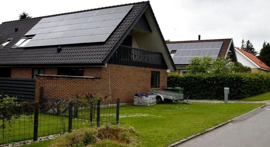Solceller har været tænkt aktivt ind i dansk energipolitik siden 1990'erne, men markedet er eksploderet de seneste halvandet år, fordi solcellerne er faldet markant i pris.