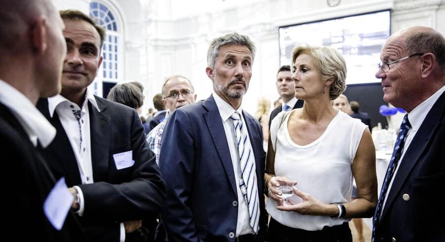 Morten Løkkegaard (im) og Jess Myrthu (th) kigger på valgresultater ved Venstres valgfest.