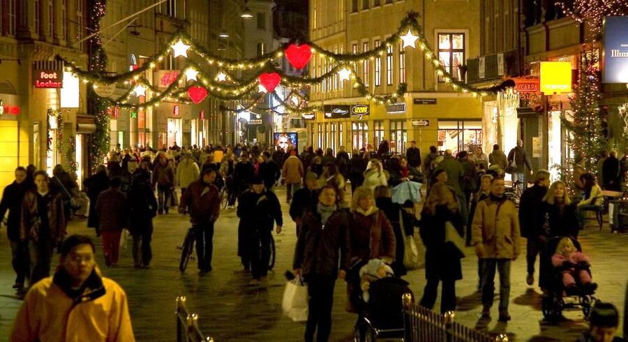 Mens nogle juleshopper på Strøget i København, vælger stadig flere danskere at købe julegaver på internettet.