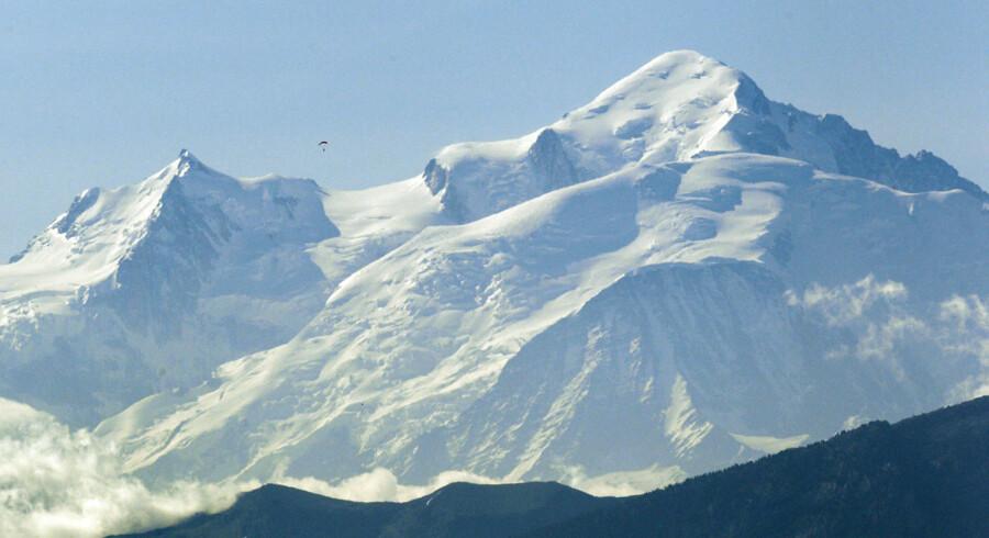 Det er på tinden Mont Maudit, der er en af de mindre bjergtinder, der stikker op fra Mont Blanc-massivet, at en lavine natten til torsdag 12. juli blev udløst og dræbte ni personer og kvæstede syv i løbet af natten til torsdag.