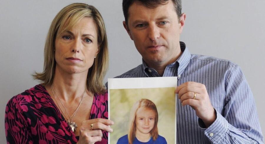 Madeleines forældre holder her et foto frem af Madeleine, som man mener hun kan se ud seks år efter sin forsvinden. Efter at BBC-programmet »Crimewatch« blev vist mandag, har politiet modtaget mere end tusind nye e-mails og opkald med tips i sagen.