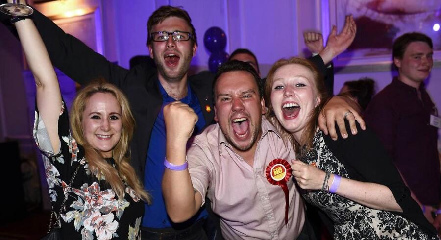 Befolkningen i Skotland er splittet i to.  På den ene side ses glade og lettede vælgere, der har stemt nej til uafhængighed fra Storbritannien, og på den anden side ses ulykkelige vælgere med hovedet i skødet og våde kinder, efter den mislykkedes løsrivelse fra Storbritannien.  I spidsen for Nej-kampagnen (et nej til uafhængighed fra Storbritannien) står Alistair Darling, der kan glæde sig over et flertal.  Skotlands første minister Alex Salmond stod forrest i kampagnen om et ja til et uafhængigt Skotland. Men Skotland kan på trods af nej-stemmerne, forvente mere uafhængighed efter, at premierminister David Cameron og andre politiske ledere fra London i valgkampen gav løfter om, at skotterne kunne få alt det selvstyre, de kunne ønske sig, så længe de blev i unionen. Vælgerne stemte nej til uafhængighed fra Storbritannien fredag 19. september.