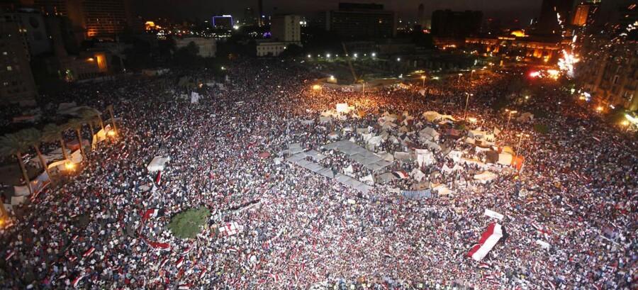 Egyptere demonstrerede mandag aften på Tahrir-pladsen i Cairo.