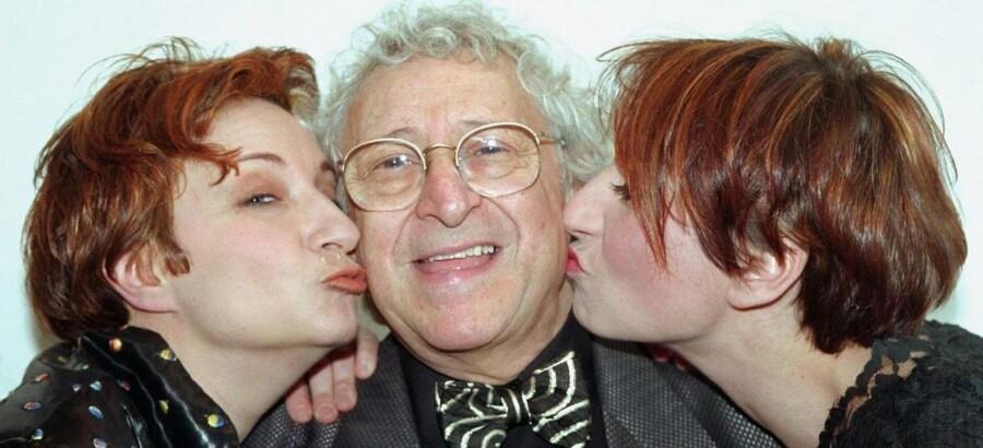 Simon Rosenbaum, der er blevet kaldt Danmarks ældste stand-up komiker, var både musiker, skuespiller og tekstforfatter. De mest kendte produktioner han var med i de senere år var DR-serierne Krøniken og Livvagterne.Simon Rosenbaum lykønskes på sin 70-års fødselsdag af sine døtre, Ina-Miriam og Pia.Klik videre for at se flere billeder af Simon Rosenbaum gennem tiden.