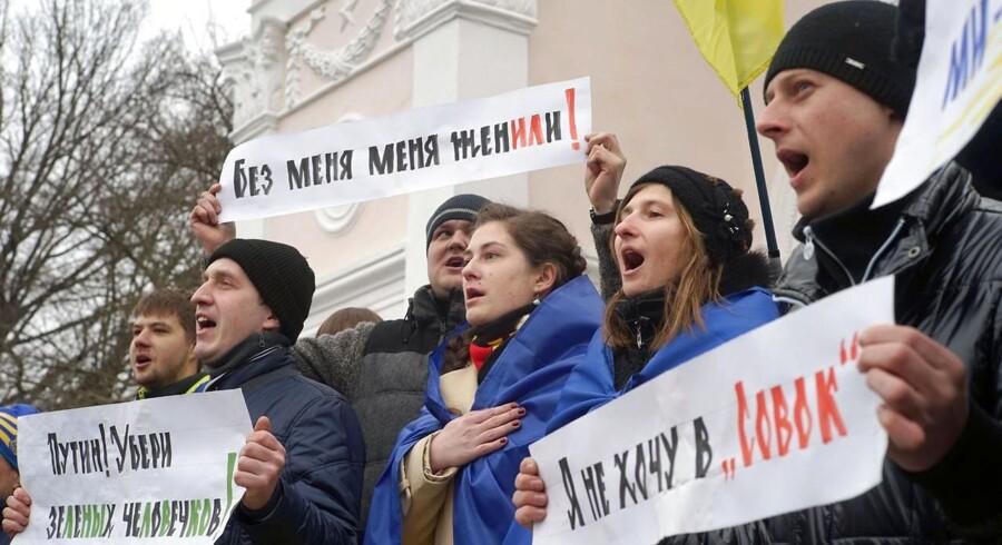 Ukrainere i Krims hovedby, Simferopol, demonstrerer mod Rusland og præsident Putin.