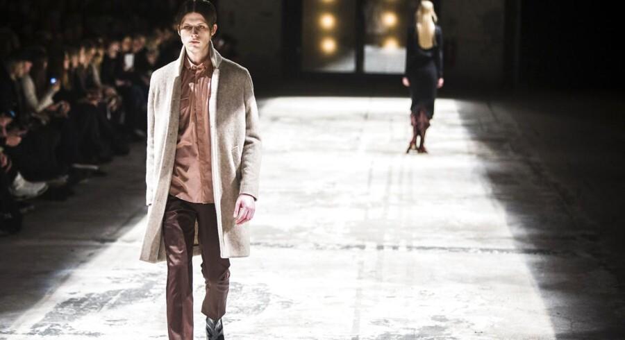 Fra den perfekte rulamsjakke til et par bukser, der udløser skilsmisse. Bruuns Bazaar var både ret godt og knap så fantastisk.Bruuns Bazar modeshow i Papirhallen torsdag d. 29 januar 2015 i forbindelse med Copenhagen Fashion Week. Copenhagen Fashion Week 2015 Bruuns Bazar - Papirøen