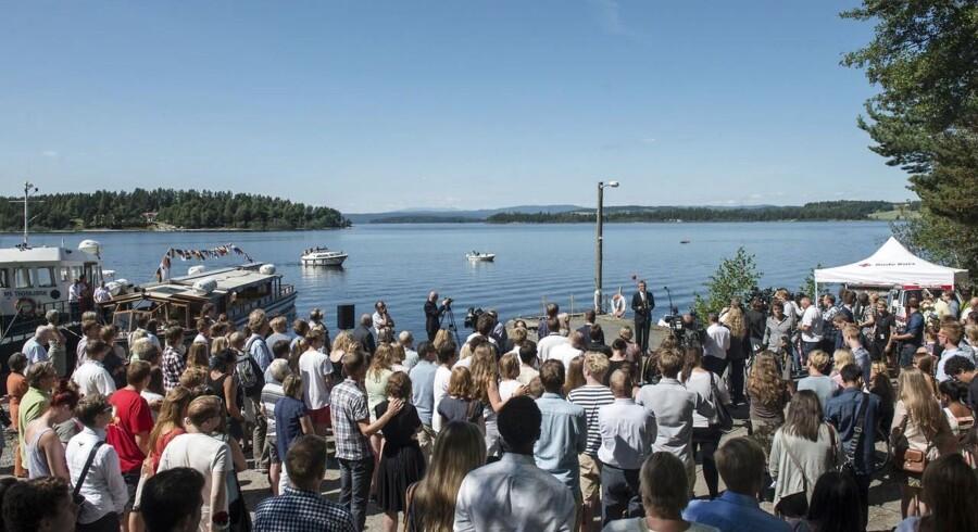 Norges statsminister Jens Stoltenberg holdt en tale ved på kajen, hvorfra båden til Utøya sejler fra.