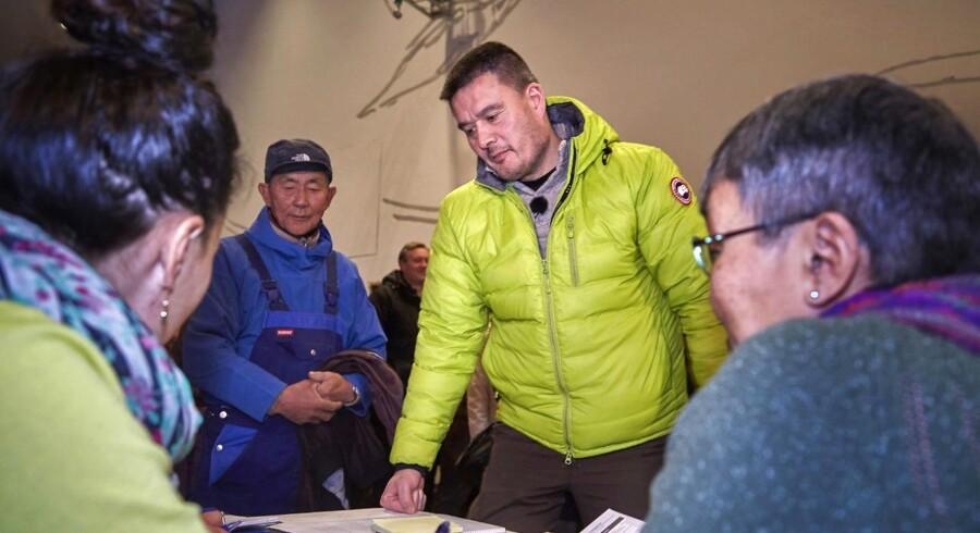 Kim Kielsen registrerer sig fredag i Nuuk, så han kan få sin stemmeseddel ved valgets åbning.