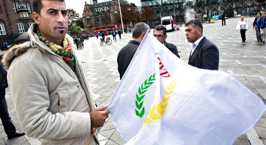 Små 100 kurdere var mødt op på Rådhuspladsen over for byretten for at vise deres støtte til de ti mænd, som sad på anklagebænken for at have samlet mere end 100 millioner kroner ind til fordel for terrororganisationen PKK.