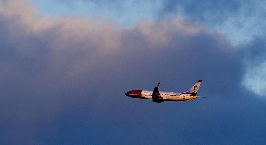 Hvis det ikke lykkes lavprisflyselskabet Norwegian at få løst en strid med piloterne om en fælles lønaftale inden midnat søndag, så nedlægger selskabets piloter arbejdet.