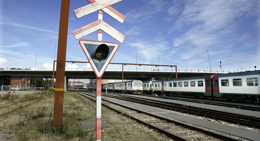 Tog og signaler tæt på Aalborg Station.