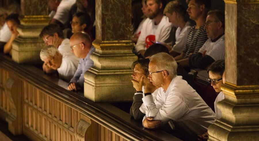 Beboere fra andelsforeningen Grøndalsvænge var mødt talstærkt op på Københavns Rådhus, da borgerrepræsentationen i Københavns Kommune i august 2014 skulle tage stilling til, om den 100 år gamle servitut skulle fastholdes over for foreningen.