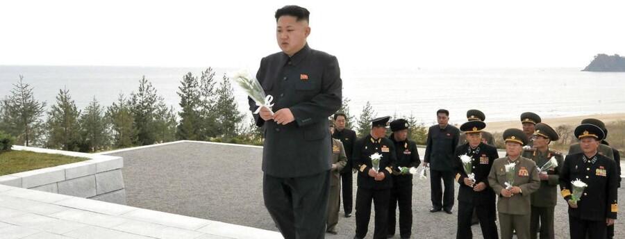 ARKIVFOTO af den nordkoreanske leder kom Jong-un ved faldne soldaters grav et ukendt sted i Nordkorea d. 2. november.