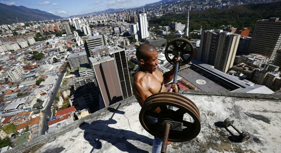 En storstilet skyskraber i Venezuelas hovedstad Caracas blev aldrig gjort færdig - i dag er den hjem for over 3000 illegale beboere. Se billederne fra verdens højeste slumby her.