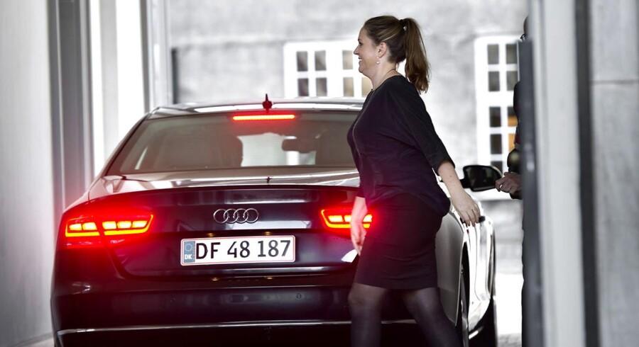 Regeringsrokade. Afgående justitsminister Karen Hækkerup (S) ankommer til Amalienborg.