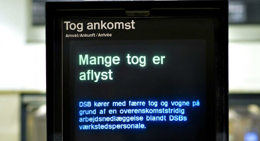 Det skal koste DSB penge, hvis statsbanerne ikke får styr på de mange aflysninger af tog, mener Dansk Folkepartis trafikordfører, Kim Christiansen (DF).