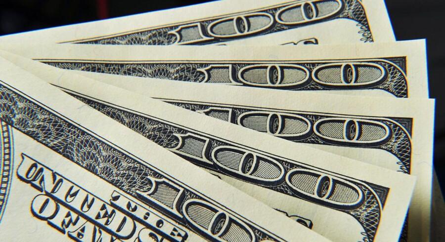 Det er ikke kun euroen, der for tiden er under pres. Tilliden til den amerikanske dollar er på vej ned og dermed også amerikanernes købekraft. Samtidig sælger Kina ud af amerikanske obligationer.Kilde: Businessinsider.com