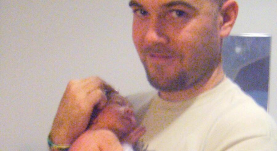 Dan Gyde med sin nyfødte datter i armene.